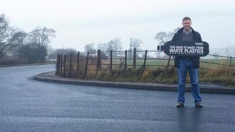 Перша в світі пластикова дорога побудована в Англії