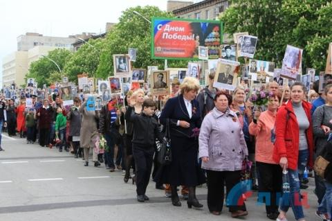 """Парад в окупованому Луганську: бойовики зігнали """"заборонену"""" техніку (ФОТО)"""