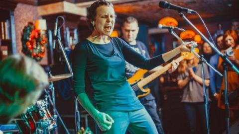 Російська співачка засвітилася на параді в окупованому Донецьку (ФОТО)