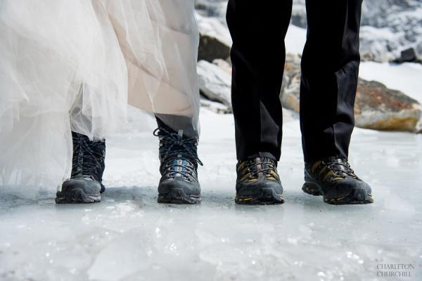 Довго цілуватися забороняється: закохані одружилися, піднявшись на Еверест (ФОТО)