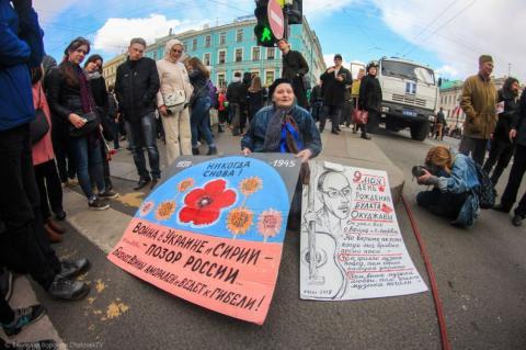 У Росії зацькували художницю, яка вийшла з антивоєнними плакатами (ФОТО+ВІДЕО)