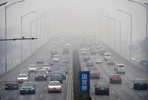 """У Китаї почали наймати на роботу """"дегустаторів смогу"""""""
