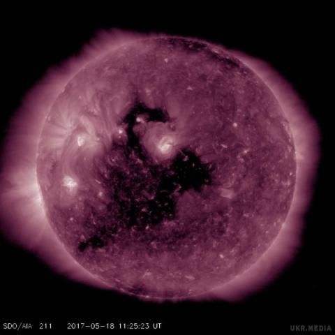 Вчені попередили про величезну корональну діру на Сонці (ФОТО)