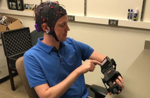 Створено шолом для управління паралізованими руками силою думки