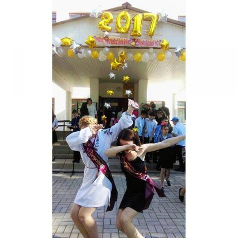 Українська школярка в Криму прийшла на останній дзвінок  у вишиванці (ФОТО)