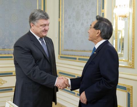 Президент Порошенко обговорив можливість прямих польотів до Японії