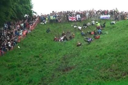 В Англії пройшли змагання по катанню сиру з високого пагорба