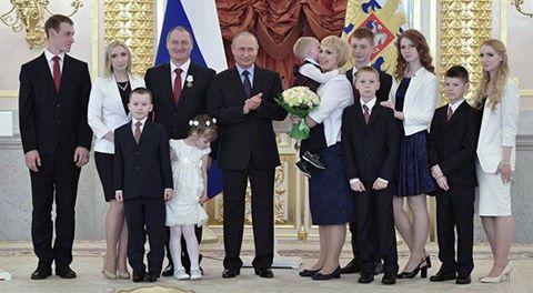 """Путін продовжує веселити користувачів соцмереж своїми кумедними фото: сьогодні хітом стали його """"копита"""" (ФОТО)"""
