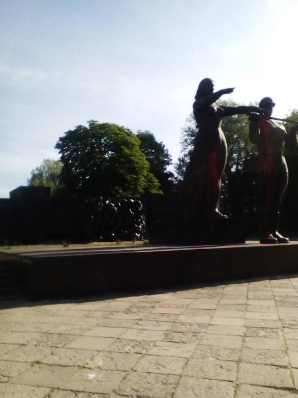 Радянський військовий монумент облили червоною фарбою (ФОТО)