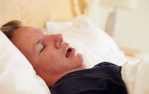 Вчені розповіли, чому небезпечно спати з відкритим ротом