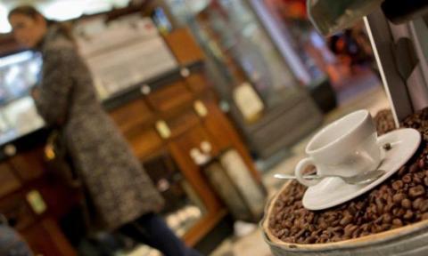 Вчені радять не запивати жирну їжу кавою