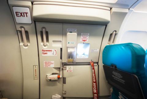 Китаянка з цікавості відкрила аварійний вихід літака