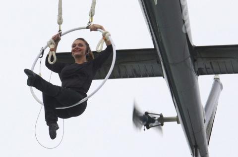 Екстремалка повисла на зубах над Ніагарським водоспадом (ВІДЕО)