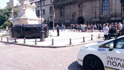 У центрі Львова машина влетіла у натовп людей