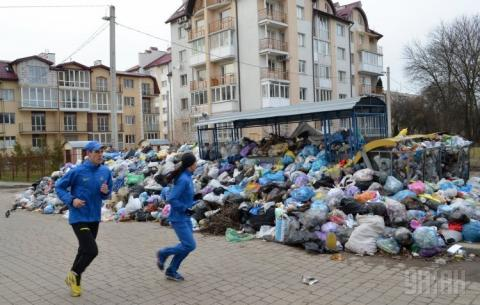 У Кабміні розповіли, коли зі Львова вивезуть усе сміття