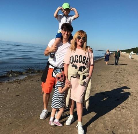 У мережі з'явилися рідкісні сімейні фото відомої російської співачки (ФОТО)