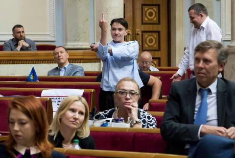 Одіозна Савченко розповіла, кому і навіщо показувала середній палець у Парламенті (ВІДЕО)