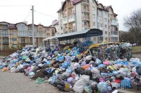 Комунальники почали вивозити сміття зі Львова