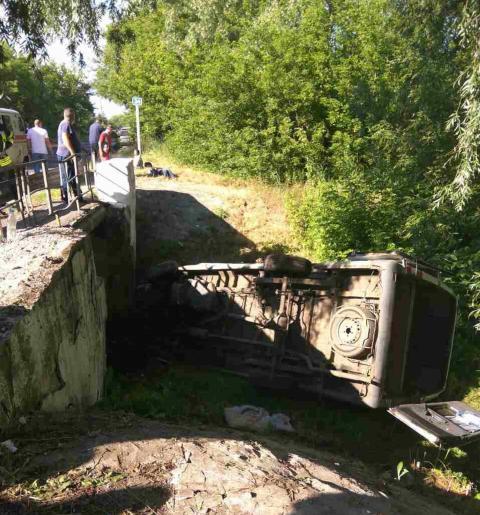 На Луганщині перекинувся автобус – є постраждалі