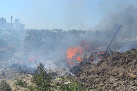 На Одещині загорілося сміттєзвалище (ВІДЕО)