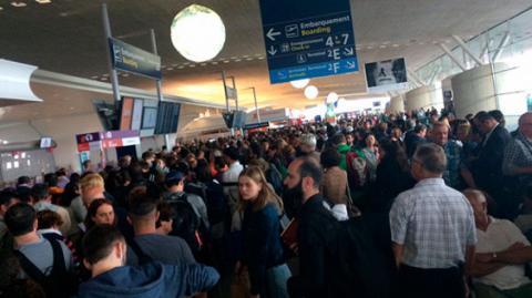Проблиски тероризму в Парижі: аеропорт було евакуйовано