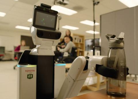 Японці створили робота-помічника для інвалідів (ВІДЕО)