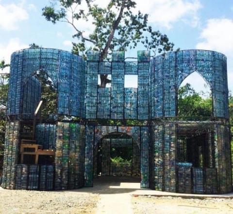 Ніщо не пропаде: мандрівник будує село з пластикових пляшок (ФОТО)