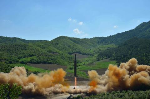 Нова балістична ракета Північної Кореї: куди вона може долетіти