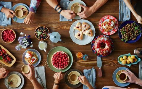 Психологи назвали головну причину переїдання