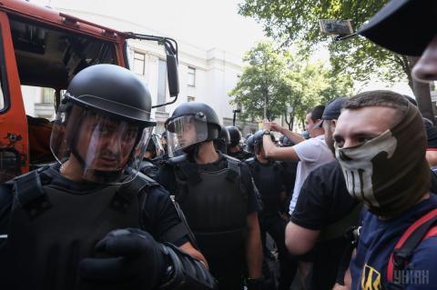 Сутички під Парламентом: силовики застосували газ (ФОТО)