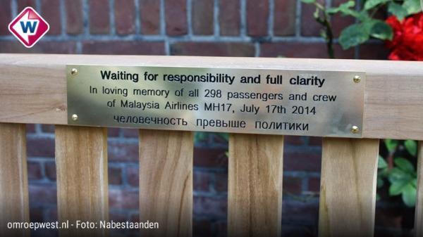 """""""Чекаємо на правосуддя"""": до річниці катастрофи MH17 біля посольства Росії в Гаазі встановили меморіальну лаву (ФОТО)"""