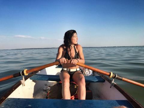 Українська співачка переплила найбільше озеро в Європі (ФОТО)