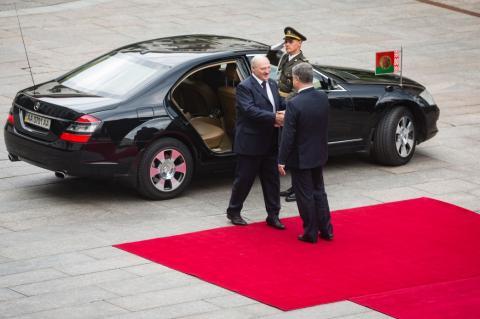 Президент Білорусі прибув до АП на офіційні переговори з Порошенком (ФОТО)