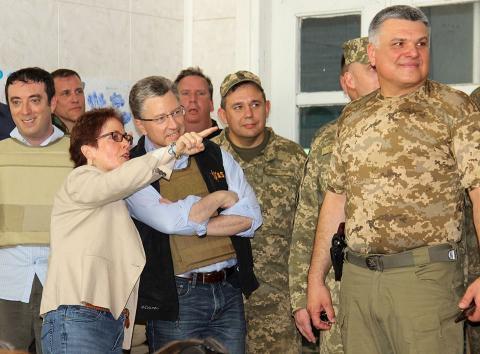 """Курт Волкер прокоментував побачене на Донбасі """"перемир'я"""" (ФОТО)"""