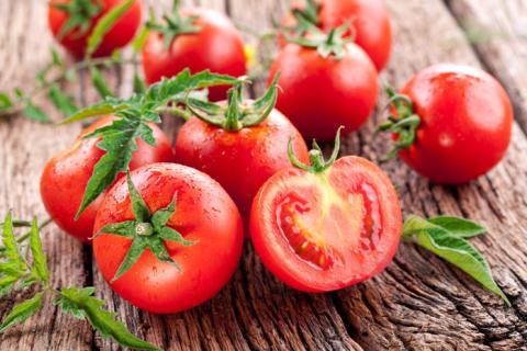 Медики розповіли, чому жінкам варто звернути увагу на томати