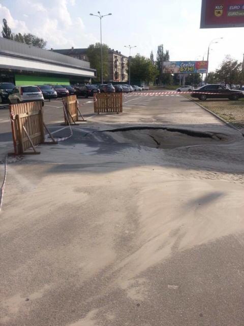 В Києві почав провалюватися асфальт