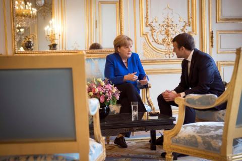 Макрон та Меркель закликали Порошенка скасувати блокаду Донбасу