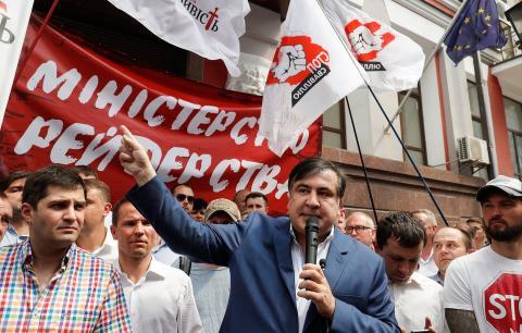 Дав і взяв: чому Порошенко позбавив громадянства Саакашвілі