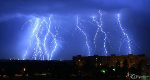 У мережі з'явилися вражаючі нічні фото блискавок у зоні АТО (ФОТО)