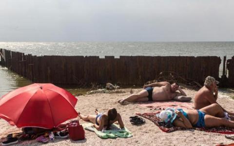 """Відпочинок біля моря: як відпочивають жителі """"ДНР"""" (ВІДЕО)"""