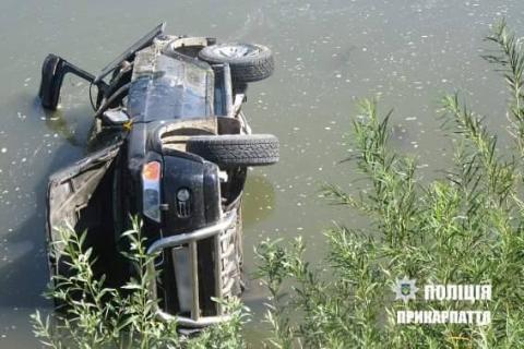 На Заході України п'яний депутат в'їхав у річку (ФОТО)