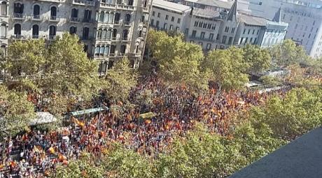 У Барселоні тисячі людей протестують проти незалежності Каталонії