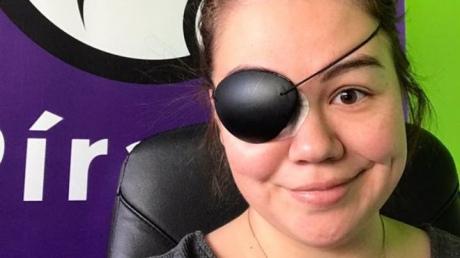 Депутатка Піратської партії Ісландії через пошкоджене око змушена носити пов'язку