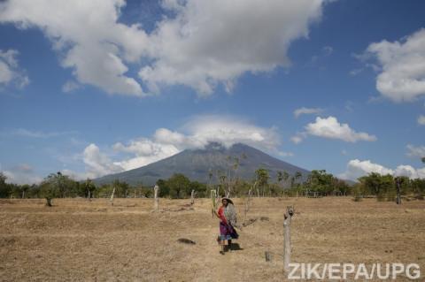 Священики піднялися на активний вулкан Балі, щоб В«довестиВ», що виверження не буде