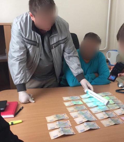 У Києві помічник директора держпідприємства попався на хабарі у 10 тис. грн