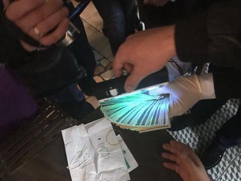 """СБУ затримала керівництво одеської дирекції """"Укрпошти"""" на хабарі у 9,6 тис. доларів"""