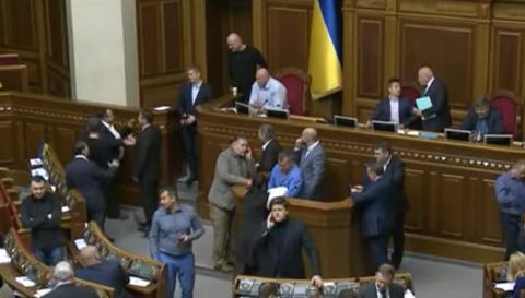 Депутати БПП зайняли оборону трибуни ВР. Нацгвардія оточила будівлю