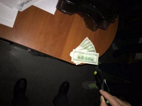 В Херсоні на хабарі затримали головного митного інспектора