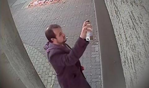 Поліція оприлюднила фото чоловіка, який розмалював українське консульство в Ряшеві