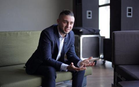 Тарас Тополя розповів, як зі співачкою Alyosha виховує синів